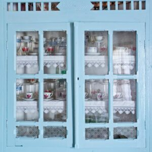 Παραθύρες ή ντουλάπια ή ερμάρια ή θυρίδες: Εσοχές στον τοίχο, με πέτρινα ή ξύλινα ράφια, για την τοποθέτηση των αντικειμένων καθημερινής χρήσης.