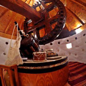Το εσωτερικού του τελευταίου όροφου του Ανεμόμυλου του Άγουρου στη Μάρπησσα. Διακρίνεται η ρόδα, ο άξονας, το σύστημα μετάδοσης της κίνησης, η μυλόπετρα.