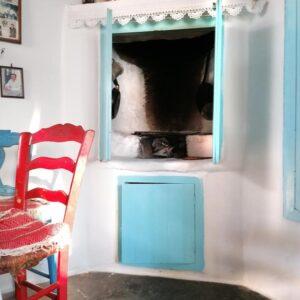 Παροστιά, το μαγειριό των σπιτιών. Βρισκόταν είτε μέσα στην κατοικία, είτε σε στεγασμένο βοηθητικό χώρο. Οικία Ανουσάκη, Μάρπησσα.