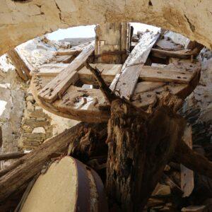 Ο παλιός ανεμόμυλος του Καλουδά (Μπόχορα) στη Μάρπησσα. Διακρίνονται καθαρά ο άξονας, η ρόδα και η μυλόπετρα.
