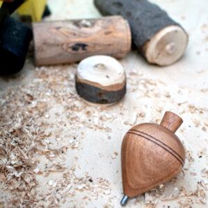 Κατασκευή ξύλινων σβούρων σε τόρνο από τον Φανούρη Πετρόπουλο. Παρουσιάστηκε το 2019, στο 10ο φεστιβάλ «Διαδρομές στη Μάρπησσα».