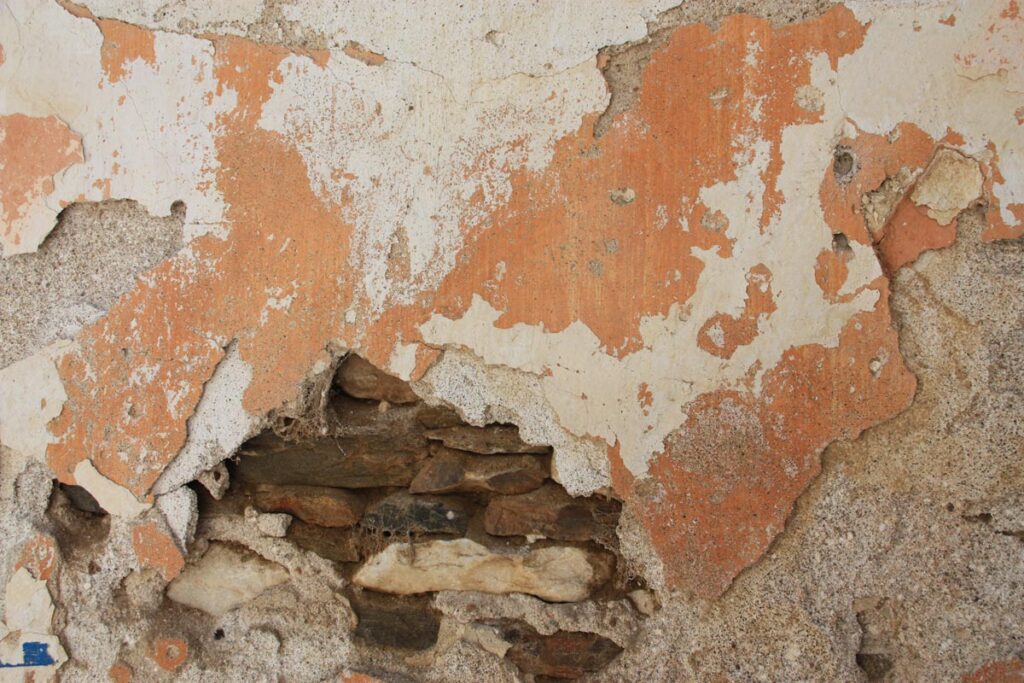 Σε παραδοσιακές κατασκευές της Πάρου εκτός από επιχρίσματα λευκού χρώματος, παρατηρούνται και κτίσματα με επικάλυψη σε γαιώδη χρώματα.