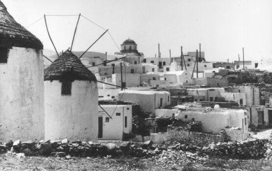"""Άποψη της Μάρπησσας από τους Κάτω Μύλους. Καρτ ποστάλ της δεκαετίας του 1960. Τα """"μυλοτόπια"""" ήταν συνήθως σημεία σε ύψωμα στην ακρη του χωριού, με βασική προϋπόθεση την ύπαρξη κατάλληλου ανέμου, σε ένταση και συχνότητα."""