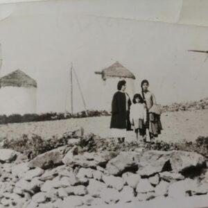 Στους μύλους της Μάρπησσας. Στη φωτογραφία διακρίνεται η Μαρία και η Γεωργία Αγούρου με την Ελένη Τριβυζά μπροστά από τον οικογενειακό ανεμόμυλο (αρχές δεκαετίας '60).