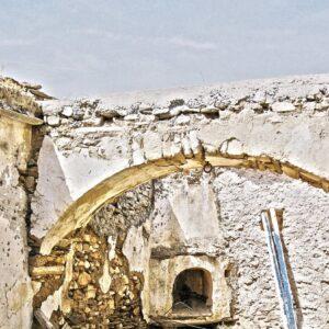 Η καμάρα χρησιμοποιούνταν για τη διεύρυνση του εμβαδού του εσωτερικού χώρου, λειτουργώντας ως κεντρικό δοκάρι που στήριζε τα δοκάρια της οροφής.