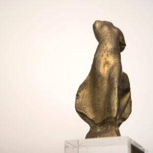 """«Νίκη» (1988). Μικρογλυπτό, χαλκός 0,12μ. Μουσείο Γλυπτικής """"Νίκος Περαντινός"""" στη Μάρπησσα."""
