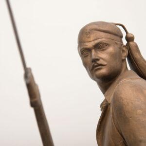 Το 1991, ο Ν. Περαντινός, δημιούργησε αντίγραφο του Έλληνα «Τσολιά», σε μικρότερες διαστάσεις, για να κοσμήσει την είσοδο του Πνευματικού Κέντρου Ρουμελιωτών. Στη μαρμάρινη βάση του ανδριάντα, χαραγμένα τα λόγια «ΜΝΗΜΕΙΟ ΤΟΥ ΡΟΥΜΕΛΙΩΤΗ ΤΣΟΛΙΑ ΣΥΜΒΟΛΟ ΑΡΕΤΗΣ, ΑΝΔΡΕΙΑΣ ΚΑΙ ΑΥΤΟΘΥΣΙΑΣ ΣΤΟ ΒΩΜΟ ΤΗΣ ΕΛΕΥΘΕΡΙΑΣ».
