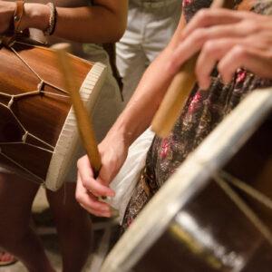 Το τουμπάκι, συνοδευτικό όργανο της τσαμπούνας, είναι ουσιαστικά το ταίρι της.