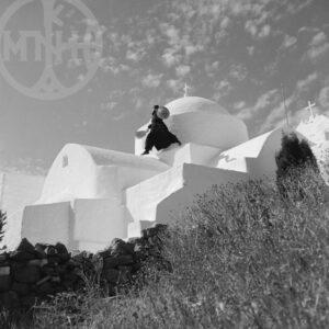 Μονή Αγίου Αντωνίου (Ο Παπα-Γιώργης στον τρούλο), Κέφαλος Πάρου, 1971.
