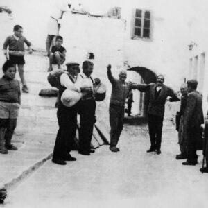Λεύκες 1965. Στο βόλτο του φούρνου. Τζαμπούνα Κυριάκος Κυδωνιεύς, ντουμπάκι Στάθης Αρκάς. Στο χορό, 1ος Δημήτρης Ι. Καστανιάς (σχολάρχης), 2ος Μανώλης Χανιώτης (λίγαντας), 3ος Νικόλαος Κ. Καστανιάς (κατασκευαστής του Άη-Νικόλα), 4ος Θοδωρής Χανιώτης (νεωκόρος της Αγίας Τριάδας).