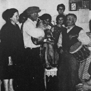 Γλέντι στο σπίτι του Αντώνη Χανιώτη (φούρναρη). Ντουμπάκι Νικόλας Καστανιάς (κατασκευαστής του Άη-Νικόλα), τζαμπούνα Κυριάκος Κυδωνιεύς. Λεύκες 1965.