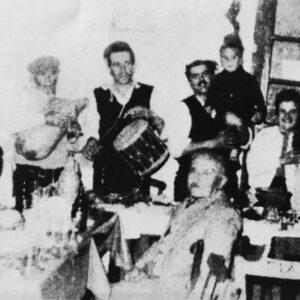 Κέντρο ΧΑΡΑΥΓΗ. Λεύκες 1965. Πρώτο πλάνο ο κατασκευαστής όλων σχεδόν των μύλων της Πάρου και των γύρω νησιών, Αρτέμης Δεσύλλας. Τζαμπούνα Κυριάκος Κυδωνιεύς, ντουμπάκι Στρατής Κρητικός.