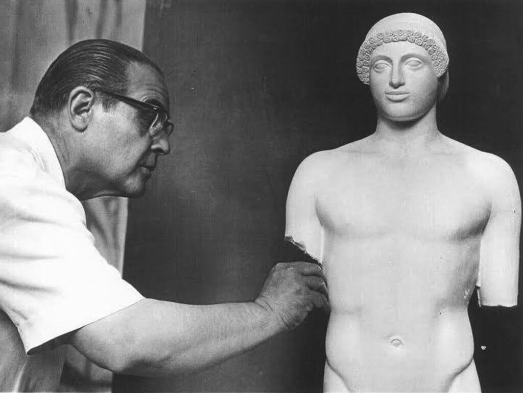 «O γλύπτης Ν. Περαντινός, κάνει να ξαναζωντανέψουν οι μορφές της αρχαίας ελληνικής τέχνης και είναι εφάμιλλος των μεγάλων Γάλλων γλυπτών και αντάξιος των γλυπτών της αρχαίας Ελλάδας». Jean Marie Augustin Charbonneaux, αρχαιολόγος, Καθηγητής της Σχολής του Λούβρου.