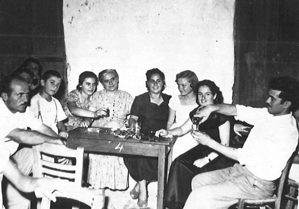 Μάρπησσα, 1955. Από αριστερά: Δημήτρης Τσιγώνιας, ο μικρός Νίκος Τσιγώνιας, Κατίνα Αλιπράντη, Γιακομίνη Αλιπράντη, Ηλέκτρα Σκιαδά, Ειρήνη Μαρινοπούλου, Άννα Αρκά, Γιώργος Σκορδίλης.