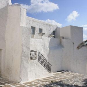 Στο μοναστήρι και τα ερείπια του κάστρου, βρίσκονται εντοιχισμένα ή διάσπαρτα μαρμάρινα αρχιτεκτονικά και γλυπτά μέλη που προέρχονται από αρχαία κτίσματα.