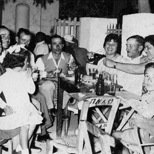 Πανηγύρι, περίπου 1960. Ο μικρός Μανώλης Τσιγώνιας με τη μητέρα του Βούλα Τσιγώνια, Γιώργος Τσιγώνιας, άγνωστη, Μανώλης Ρούσσος, Φυσιλάνης Νικόλαος, Γιώργος Τσιγώνιας, Χαρίκλεια Τσιγώνια και η μικρή Μαρία Τσιγώνια.