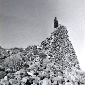 """""""Τα εξωτερικά τείχη του κάστρου περιέκλειαν και οχύρωναν την κορυφή του λόφου. Τα ερείπια των τειχών διατηρούνται μέχρι σήμερα (6 - 7 μ ύψους και πάχους 1,5 μ). Στη φωτογραφία ο παπα-Γιώργης Στάμενας, εφημέριος Μάρπησσας Πάρου (1958 – 1997) στα ερείπια νότιου πύργου."""""""
