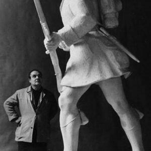 Ο ορειχάλκινος ανδριάντας του Έλληνα «Τσολιά», έργο του γλύπτη Νίκου Περαντινού, έχει ύψος 3 μέτρα και στήθηκε στην Πλατεία Πάρκου της Λαμίας, το 1963.