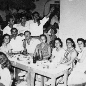 Το πανηγύρι της Μεταμόρφωσης στη Μάρπησσα, στο Πεύκο, περίπου 1955. Από αριστερά: Ντίνα Τσαντουλή, Ζαμπιώ Γεμελιάρη, Νικόλας Γεμελιάρης, Νίκος Τσιγώνιας (Ντάρας), Κατερινιώ Πουλίου, Μαρουσώ Φραντζή, Φλώρα Τσιγώνια - Ανουσάκη, Μαρουσώ Μελανίτου - Τσιγώνια, Νίκος Τσιγώνιας, Μανώλης Ανουσάκης. Όρθιοι: Γιώργος Σκορδίλης, Δημήτρης Γεμελιάρης.