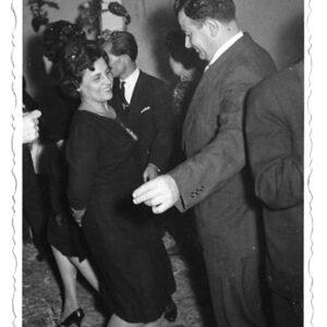 """Αποκριάτικος χορός στο ξενοδοχείο """"Πάνδροσος"""" στην Παροικιά το 1963-64. Στη φωτογραφία ο Γιώργος και η Μαριγώ Πάσσου."""