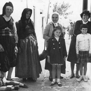 Στις κούνιες της Μάρπησσας, τέλη του 1950. Από αριστερά: Νικήτας Ανουσάκης, Μαρουσώ Παντελαίου, Μαργαρίτα Παντελαίου Ανουσάκη, Ασημίνα Τσιγώνια και τα παιδιά Νίκος Τσιγώνιας ή Νικήτας Ανουσάκης, Μαργαρίτα Πάτκου, Σούλα Πανωρίου.