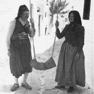 Νικήτας Ανουσάκης και Μαρουσώ Παντελαίου, ντυμένοι για την περίσταση με τις παραδοσιακές φορεσιές τους.