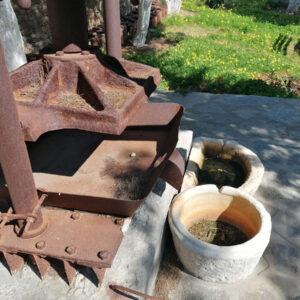 Το ειδικό μηχάνημα που το έλεγαν εργάτη και τις έσφιγγαν για να τρέχει το λάδι σε μεγάλες γούρνες. Μάρπησσα, Πάρος