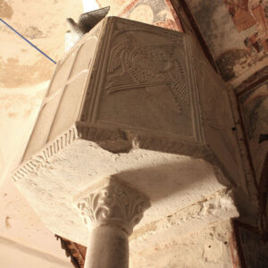 Ο μαρμάρινος άμβωνας είναι διακοσμημένος στα θωράκιά του με ανάγλυφο σταυρό και εξαπτέρυγα.
