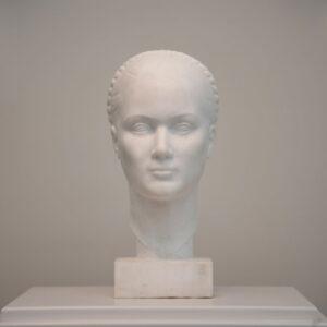 """«Κεφαλή Κόρης της Πάρου» (1936). Μάρμαρο - λυχνίτης 0,38μ. Μουσείο Γλυπτικής """"Νίκος Περαντινός"""" στη Μάρπησσα."""